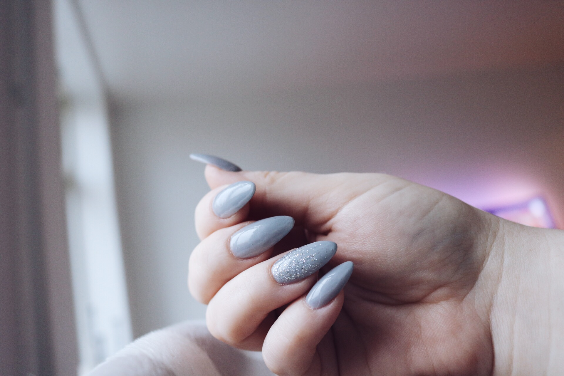 Skönhetslogg Beauty Boulevard Amandahans Gelenaglar Grå naglar Glitter nageldesign