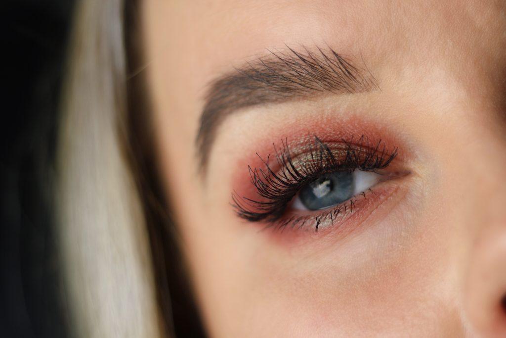 Julsminkning med Depends fransar i modellen Sandra. Röd och grön ögonskugga.
