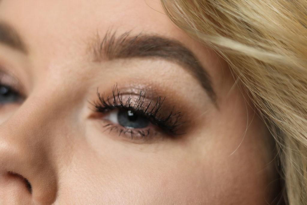 Amandhans skönhetsblogg sminkning med guldiga toner och långa ögonfransar