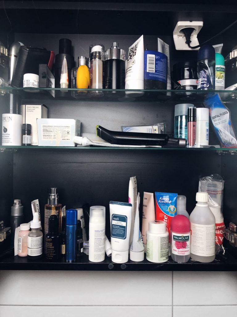 Badrumsskåp, kaos, produkter i badrumsskåp, skönhetsblogg, amandahans